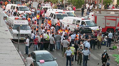 Scene of Palestinian suicide bombing in Hadera (Photo: Reuters)