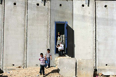 Security barrier in Beit Hanina (Photo: Reuters) (Photo: Reuters)