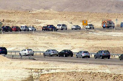 Cars stopped on way from Eilat (Photo: Yossi Ben)
