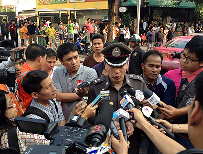 'Police officer updates reporters in Bangkok (Photo: Twitter - CC vaitor)