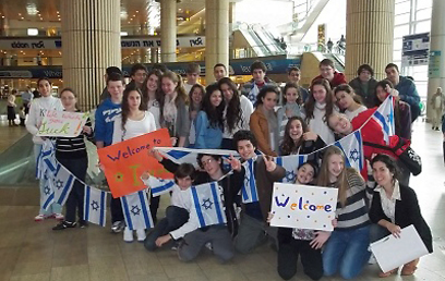 Students greeting new olim