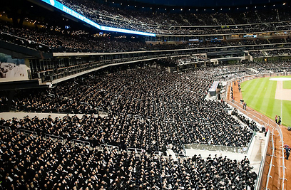 Haredim at a conference in New York on the internet (Photo: AP)