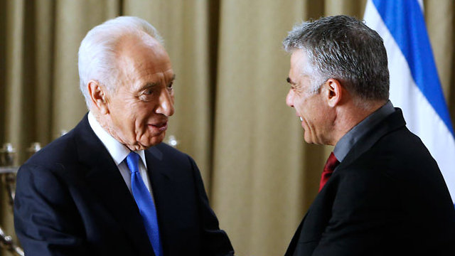 Lapid and Peres at the President's Residence after the 2013 elections (Photo: Reuters)
