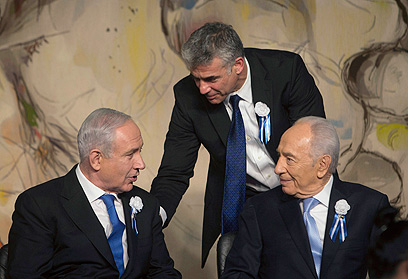 Lapid (center) with Netanyahu (L) and Peres after 19th Knesset sworn in (Photo: Reuters)