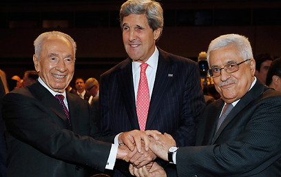From Left: Peres, Kerry and Abbas in Jordan (Archive photo: Reuters)