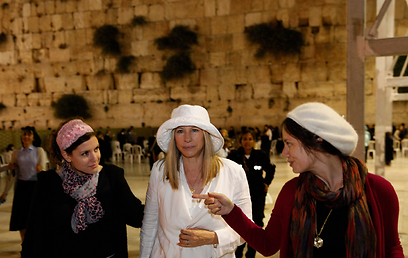 Streisand at Western Wall (Photo: AFP)