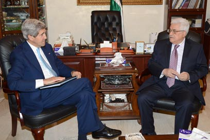 Kerry (L) with Abbas (Photo: Getty Images)