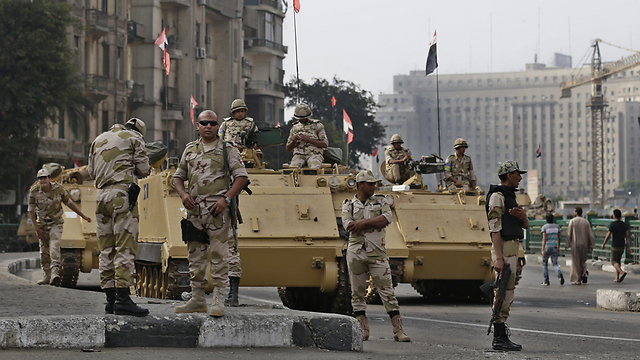 Tanks on streets of Cairo (Photo: AP)