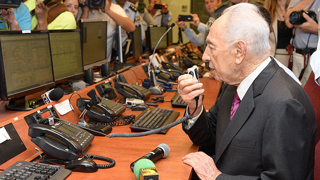 President Peres at Police HQ (Photo: Mark Neiman, GPO)