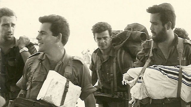 Efraim Sneh is second to left in this photo, taken before the Battle of the Chinese Hill in the Yom Kippur War (Photo: Amnon Licht)