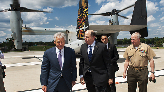Moshe Ya'alon and Chuch Hagel looking at a V-22 (Photo: AFP)