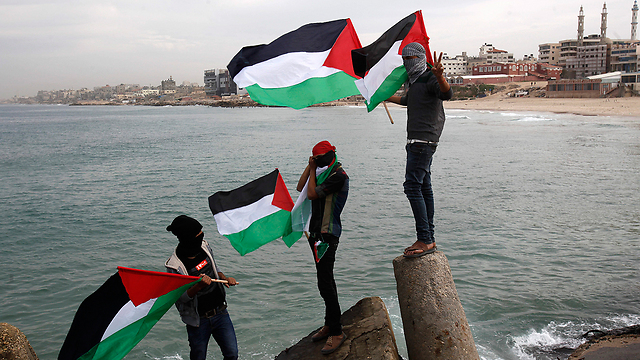 Gazans waving the Palestinian flag (Photo: AP)