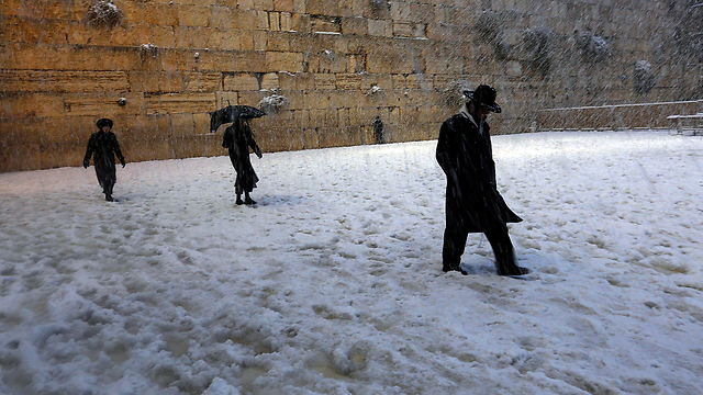 Western Wall worshippers in the snow (Photo: Reuters) (Photo: Reuters)