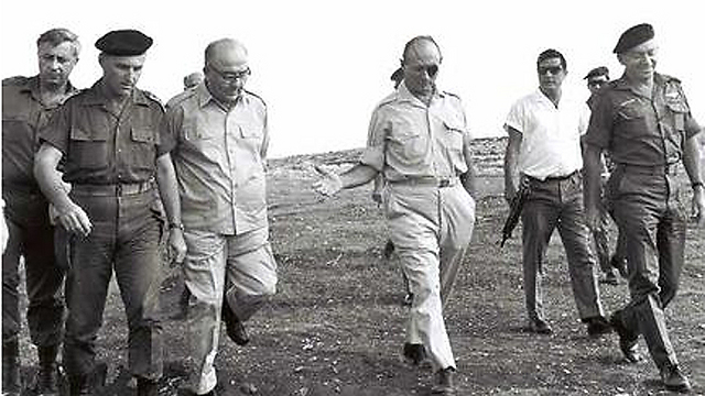Ariel Sharon, left, Levi Eshkol, 3rd left, and Moshe Dayan, center, in 1967 (Photo: GPO)