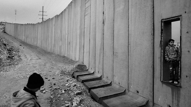A window of hope in the separation fence (Archive photo: AP)
