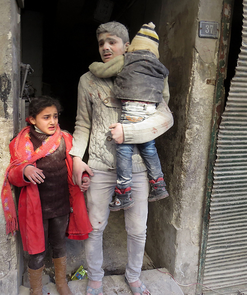 Families destroyed. A father and his children in Syria (Photo: AFP)