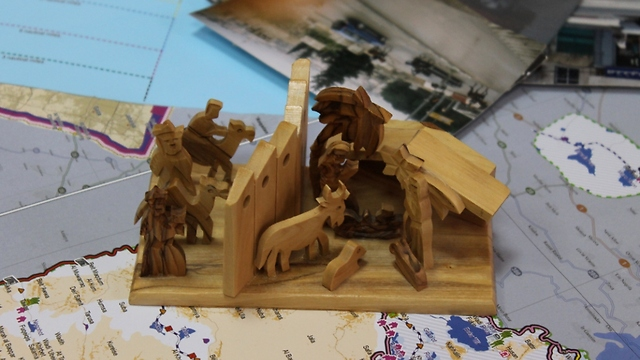 Wooden scene of the birth of Jesus and the wall (Photo: Margarita Erbach) (Photo: Margarita Erbach)