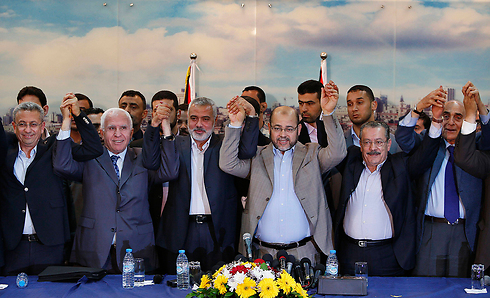 Fatah and Hamas announce signing of Palestinian reconciliation agreement in April (Photo: Reuters)