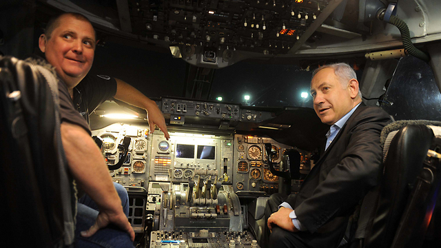 PM Netanyahu in the Supertanker in 2010 during the Carmel Forest fires (Photo: Avi Ohayon/GPO)