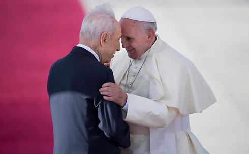 Pope Francis embraces Peres upon landing in Israel (Photo: AP)
