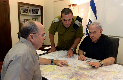 Prime Minister Netanyahu and Defense Minister Ya'alon briefed on the ongoing search for the teens (Photo: Haim Tzach, GPO) (Photo: Haim Tzach, GPO)