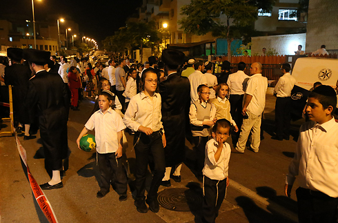 Dozens arrive to support the Yifrach family outside their home in Elad (Photo: Shaul Golan)