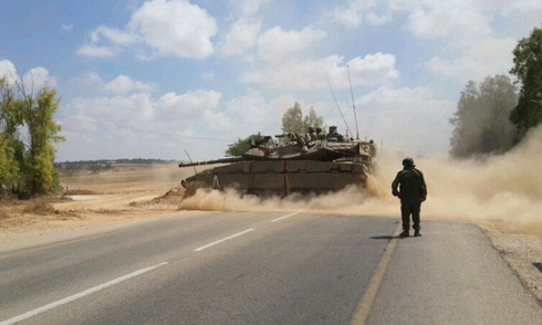 IDF tanks blocking road in southern Israel due to security incident (Photo: Ahiya Raved)