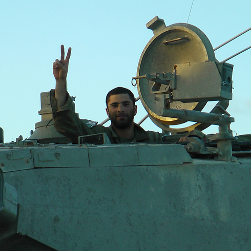 A soldier flashing the V sign inside Gaza (Photo: Yoav Zitun)