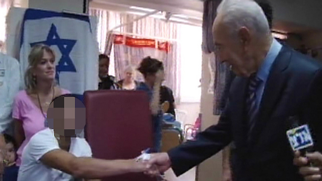 Peres visiting wounded soldiers in Soroka (Photo: Assi Cohen)