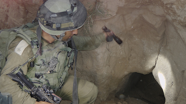Givati Brigade soldiers find one of the tunnels (Photo: Yoav Zitun) (Photo: Yoav Zitun)
