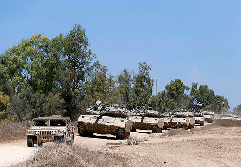 IDF tanks leaving Gaza (Photo: Reuters)  (Slow departure from Gaza Strip (Photo: Reuters))