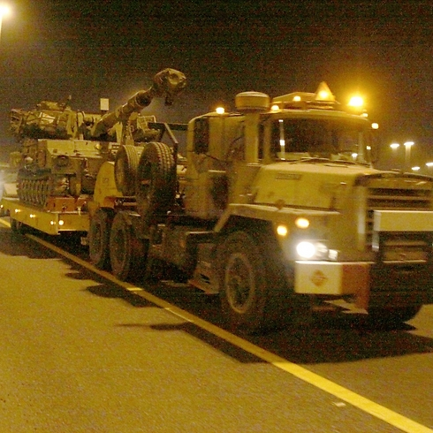 IDF tanks transferred away from Gaza overnight (Photo: Avi Mualem)