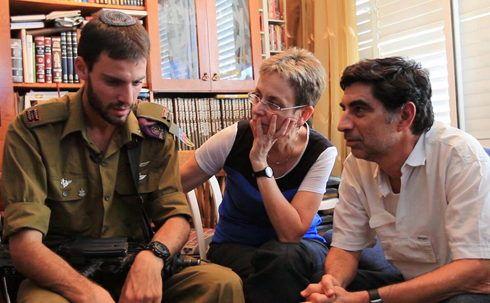 First Lieutenant Eitan, who ran into the tunnel to search for Hadar Goldin, with Goldin's parents (Photo courtesy of Itamar Cohen, Yoki Photography)