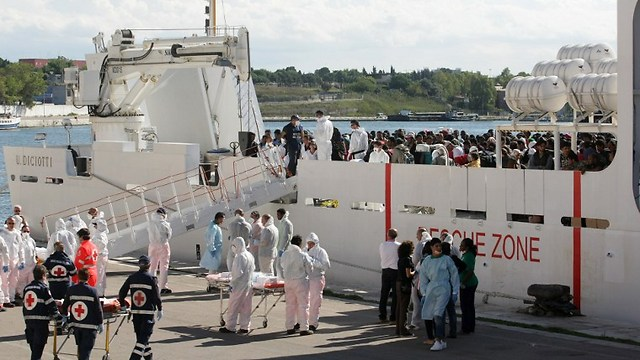 People prepare to disembark from a boat at Italy, following rescue operations of immigrants (Photo: AFP / DFP) (Photo: AFP)