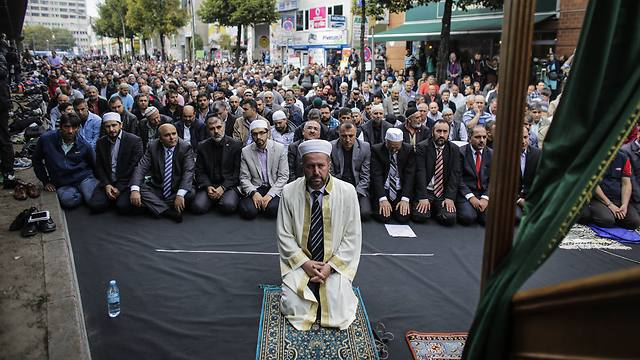 German Muslims condemn Islamic State in nationwide day of prayer