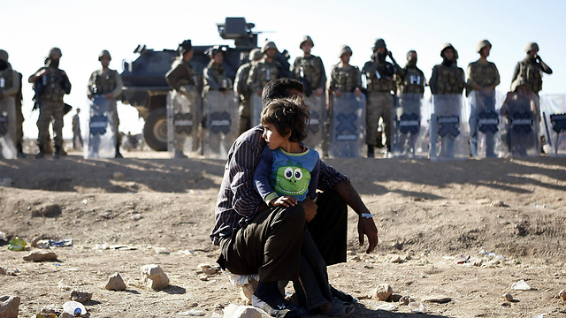Kurdish refugees and forces near border (Photo: EPA)