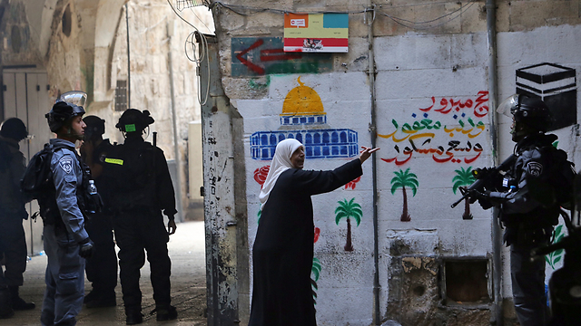 Woman in East Jerusalem confronting with Israeli security forces (Photo: Gil Yohanan)