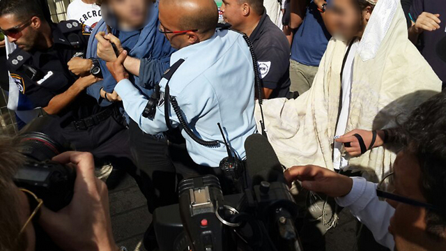 Police preventing rightwing Israelis from entering Temple Mount on Thursday (Photo: Yoav Zitun)  (Photo: Yoav Zitun)