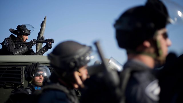 Forces attempt to block Arab protesters in Kfar Kanna (Photo: AP)
