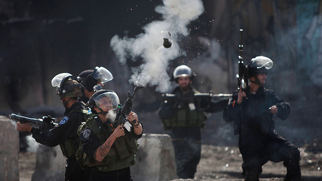 Forces fight riots in Qalandia during Gaza war (Archive photo: AP)