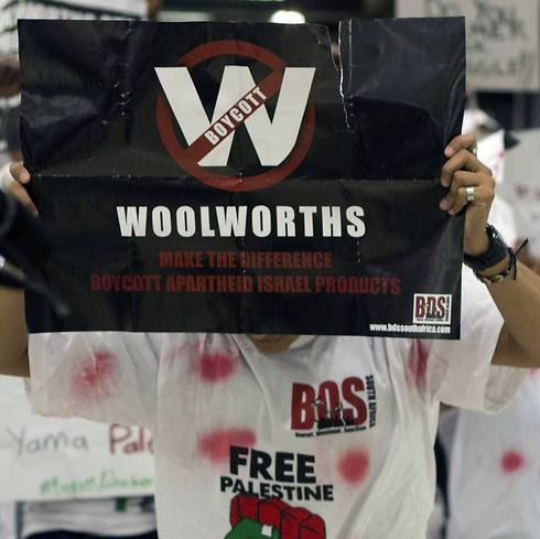 Pro-Palestinian protesters at Woolworths (Photo: AFP)