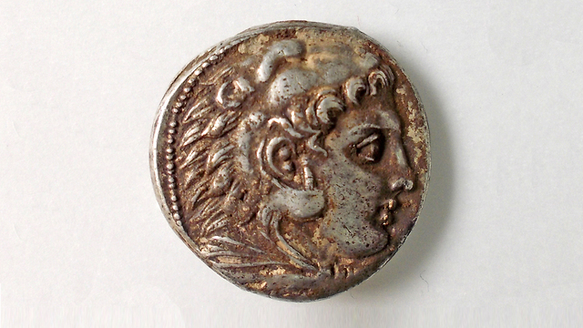 The face of Heracles on coin that was uncovered (Photo: Robert Kool, courtesy of the Israel Antiquities Authority) (Photo: Robert Kool, courtesy of the Israel Antiquities Authority)