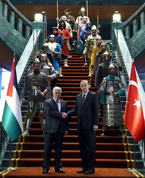 Abbas and Erdogan in front of honor guard (Photo: AP)