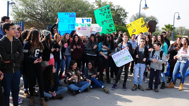 High school students with protest signs (Photo: Herzl Yosef)