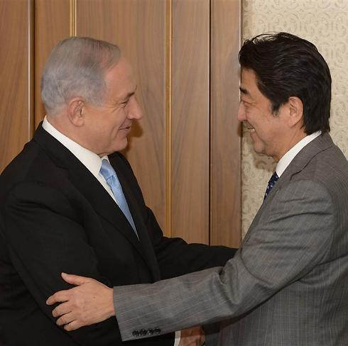 Benjamin Netanyahu greets Shinzo Abe on his first visit to Israel in 2015 (Photo: GPO)