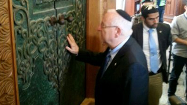 Rivlin visits the Cave of the Patriarchs (Courtesy)