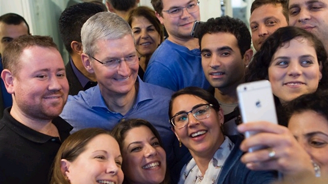 Apple CEO Tim Cook visits the offices in Herzliya Pituach (Photo: Apple)