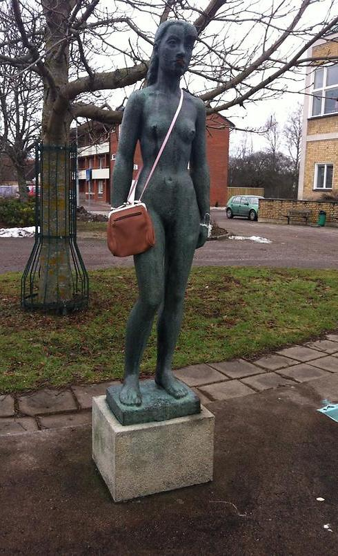 Statue in Swedish town adorned with handbag (Photo: Screenshot from Twitter) (Photo: Screenshot from Twitter)