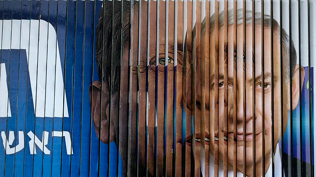 Campaign billboard rotates between images of Prime Minister Netanyahu and Zionist Union leader Herzog (Photo: Reuters) (Photo: Reuters)