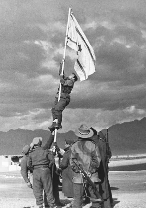 Historic photo shows Avraham Adan hanging the flag (Photo: Micha Perry, IDF Archives Ministry of Defense) (Photo: Micha Perry, IDF Archives Ministry of Defense)